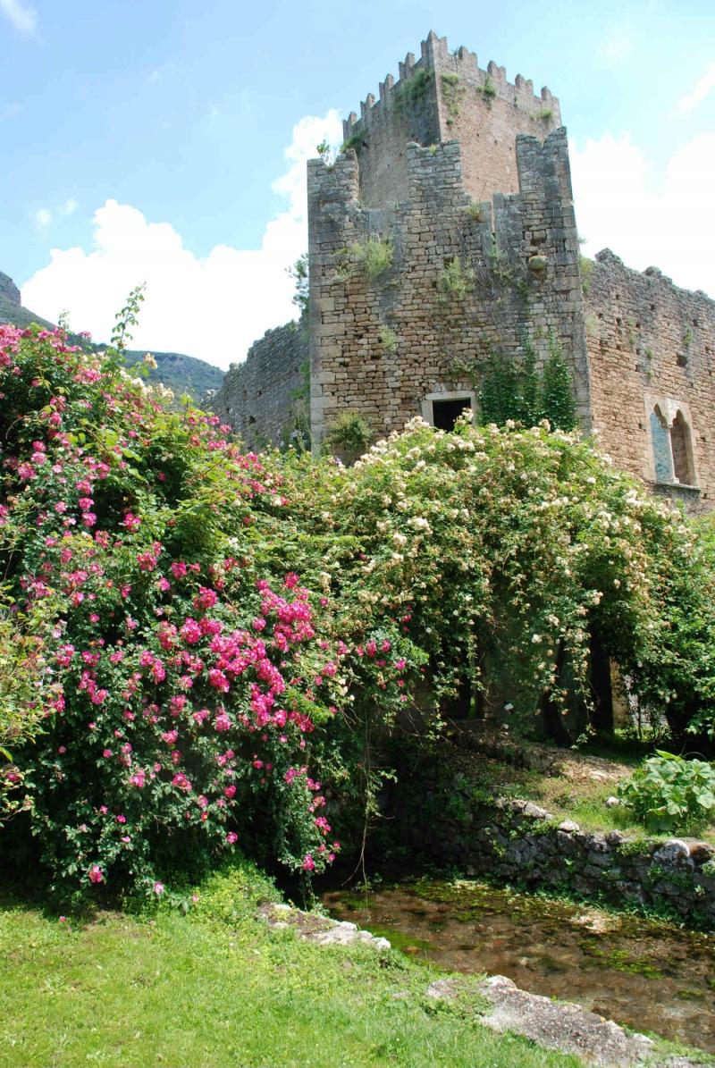 Giardini di ninfa e castello caetani cisterna di latina latium dlt viaggi - I giardini di ninfa ...
